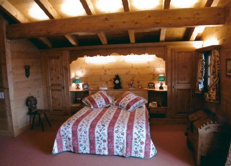 Chambre à coucher en sapin teinté