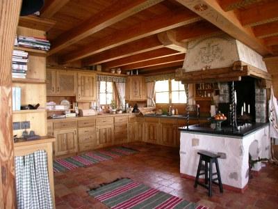 Agencement de cuisine en sapin étuvé