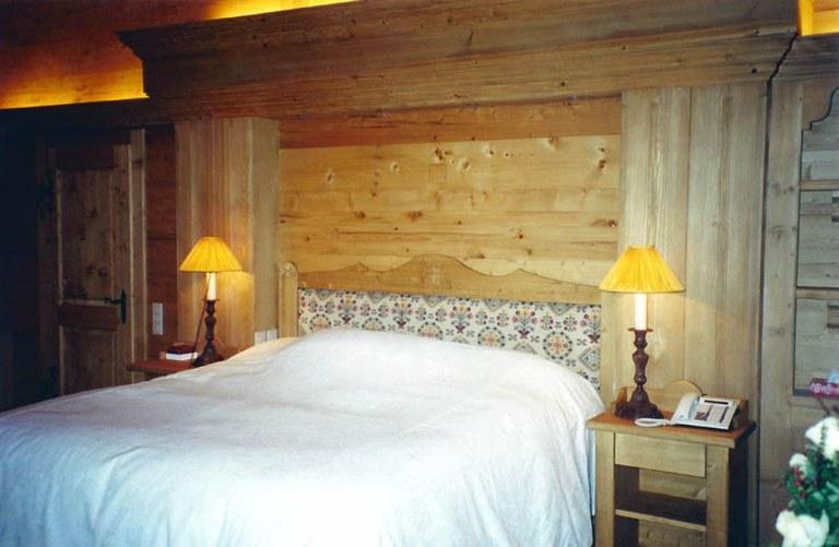 Chambre à coucher bois en sapin teinté vieilli