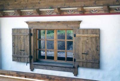Fenêtre bois en sapin teinté vieilli