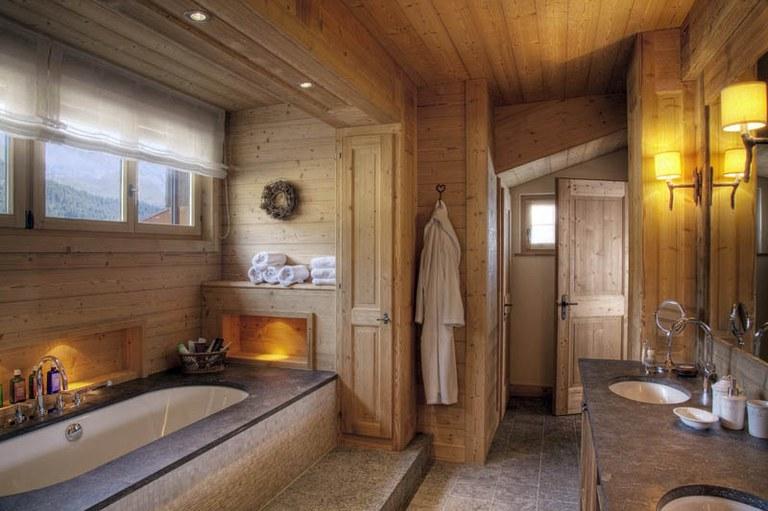 Agencement de salle de bain en bois brossé