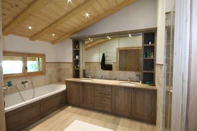Agencement de salle de bain en bois