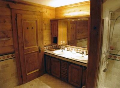 Meuble salle de bain en sapin teinté