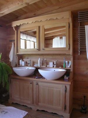 Meuble salle de bain en mélèze verni