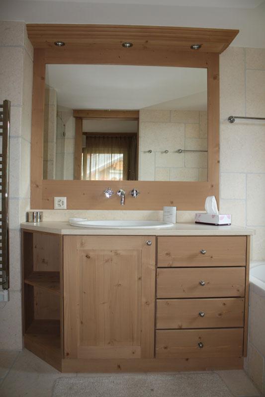 Meuble salle de bain bois sapin teinte leysin for Meuble salle de bain menuisier
