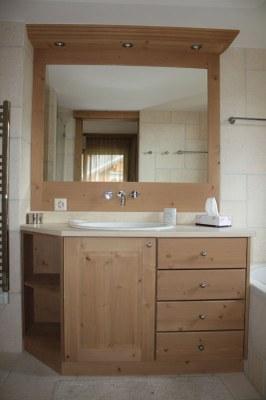 Meuble salle de bain en sapin teinté brossé