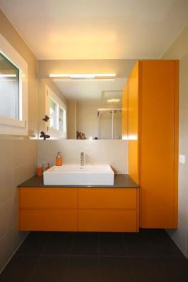 salle de bain avec meubles sans poignée