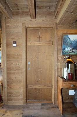 Porte intérieure et boiserie sapin brossé vieilli teinté
