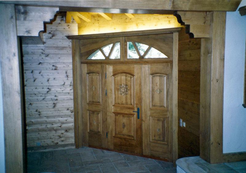 Porte d'entrée en sapin teinté