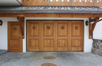 Porte de garage en sapin teinté